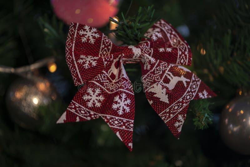 Jul struntsak, stjärnor, träd, klocka, bollar, snögubbe, hjortar och olika prydnader arkivfoto