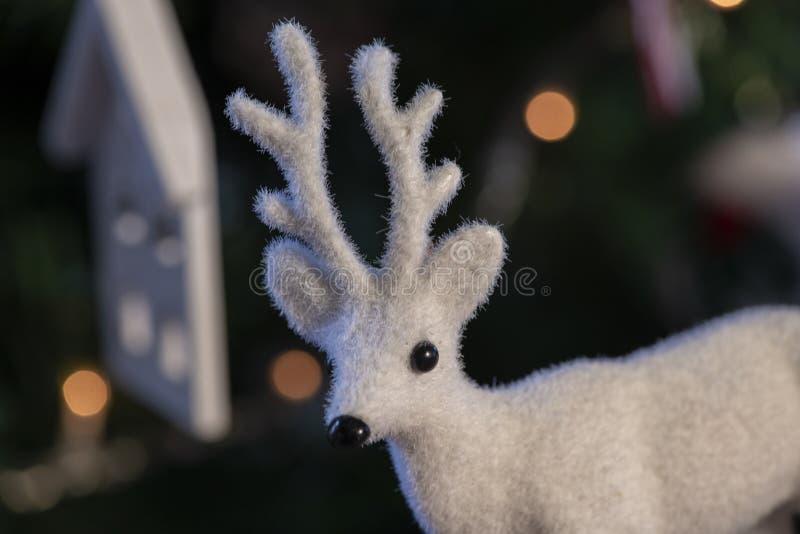 Jul struntsak, stjärnor, träd, klocka, bollar, snögubbe, hjortar och olika prydnader arkivbild