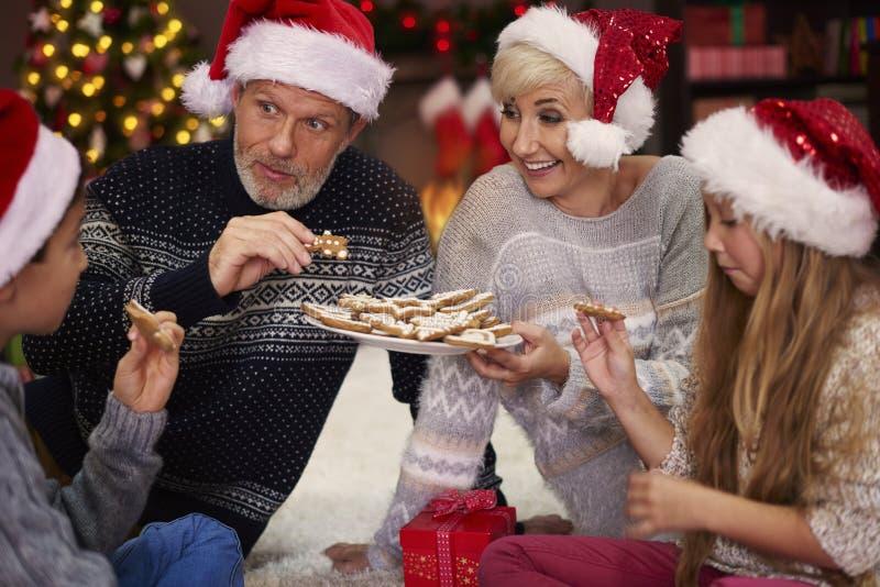 Jul tajmar för lycklig familj arkivfoto