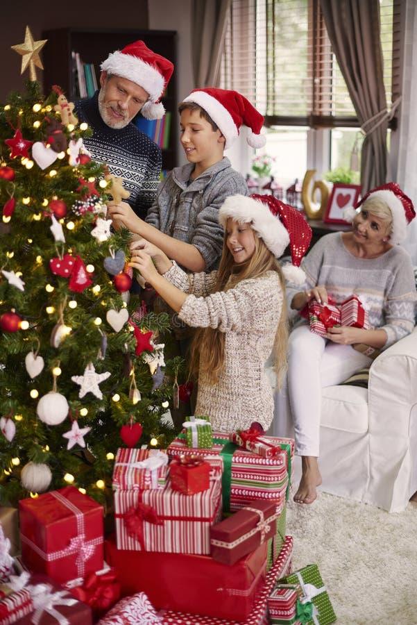 Jul tajmar för lycklig familj arkivbild