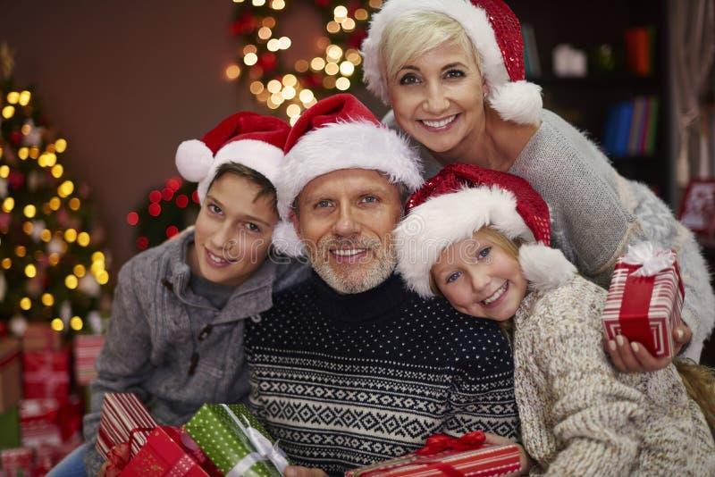 Jul tajmar för lycklig familj arkivbilder