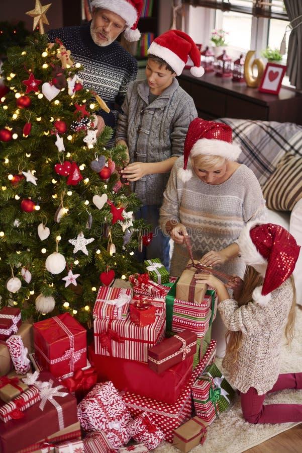 Jul tajmar för lycklig familj royaltyfri foto