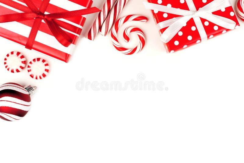 Jul tränga någon gränsen av röda och vita gåvor och godisar arkivfoto