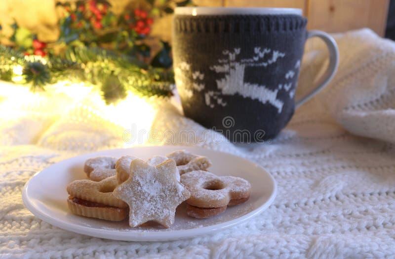 Jul utformade sammansättning Hemmet gjorde nya bakade julkakor och rånar av varm choklad med marshmallowen på ett vitt ull- royaltyfri foto