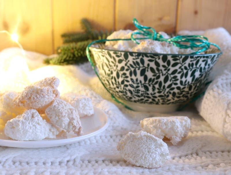 Jul utformade sammansättning Hemmet gjorde nya bakade julkakor som omgavs av vintersaker på en vit ull- halsduk Vinter royaltyfria bilder
