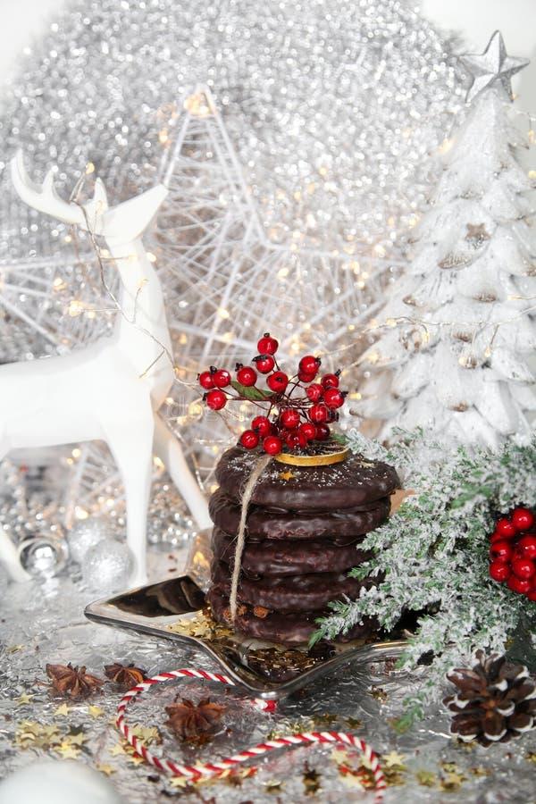 Jul vita ljust rödbrun bröd för xmas på silverstjärnaplattan, röd bergaska, rönn, vit ren, julträd och bollar, på arkivbilder