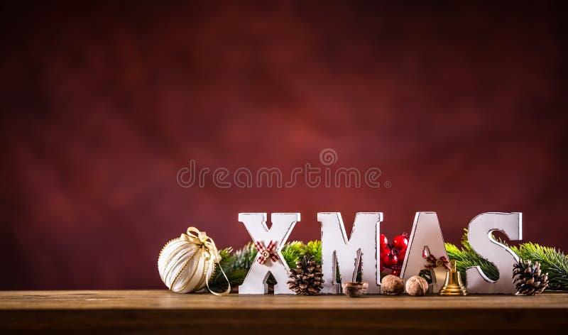 Jul Xmas-ord som göras av träbokstäver på en träbrädetabell Julbollar sörjer kottestjärnan som gran fattar som garnering arkivfoton