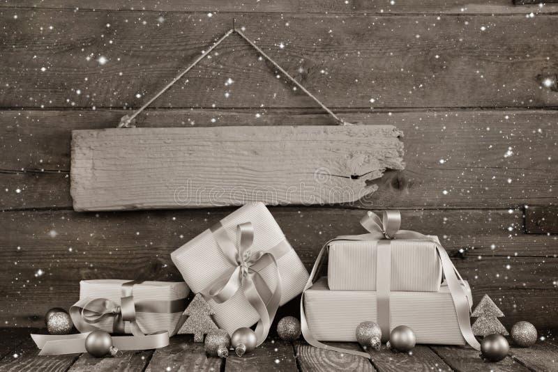 Julaffärsbakgrund med gåvor för en kupong eller en gif royaltyfri bild