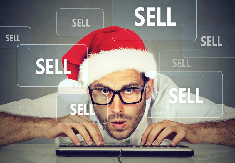 Julaffärsman i den santa hatten som säljer material på internet royaltyfri bild
