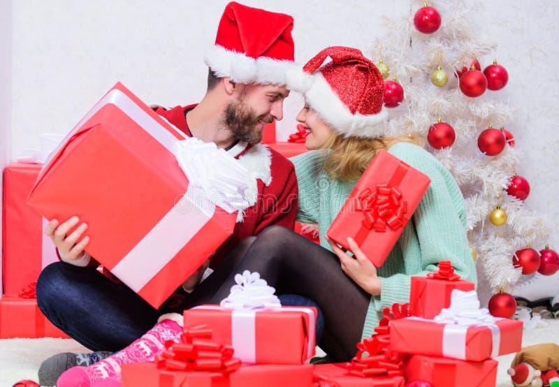 Julafton med älskling Familjegift par hemma Kärlek är den bästa gåvan Älskade har julhelger arkivbild