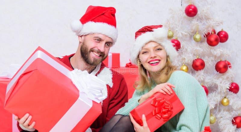 Julafton med älskling Kärlek är den bästa gåvan Börja nytt år tillsammans Älskade har julhelger royaltyfri fotografi