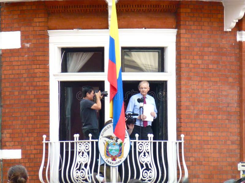 Julain Assange com seu discurso nas mãos fotos de stock