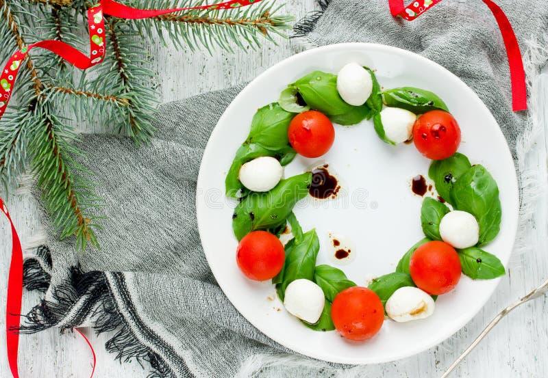 Julaptitretare - caprese sallad för julkrans royaltyfri bild