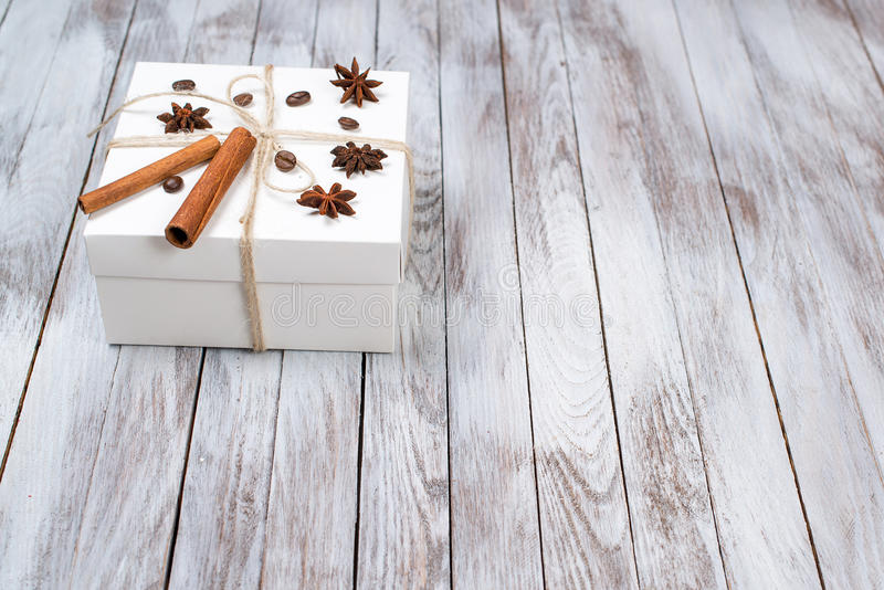 Julasken dekorerade vid kanel, anis, kaffe, bönor på träbakgrund Begrepp för vinterferier Utrymme för text arkivfoton