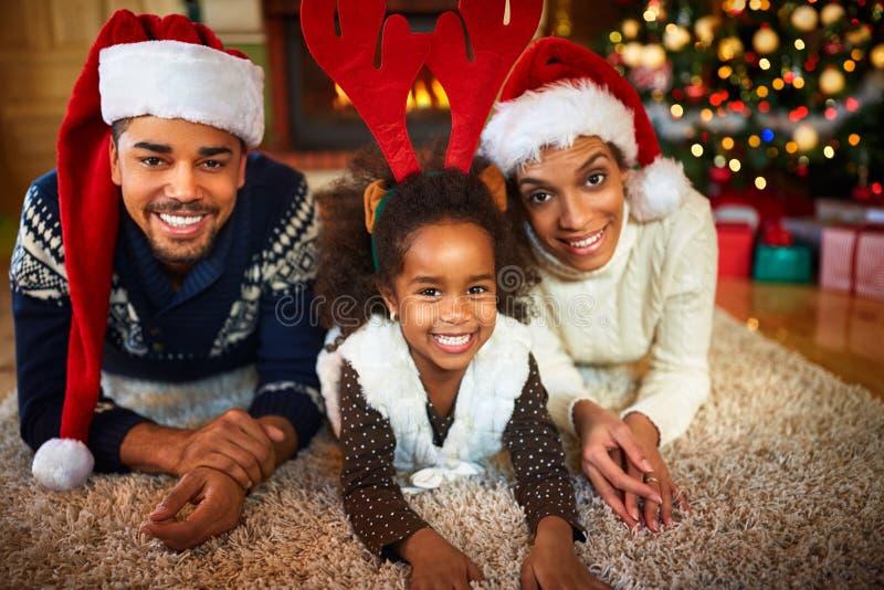 Julatmosfär i afrikansk amerikanfamilj royaltyfria bilder
