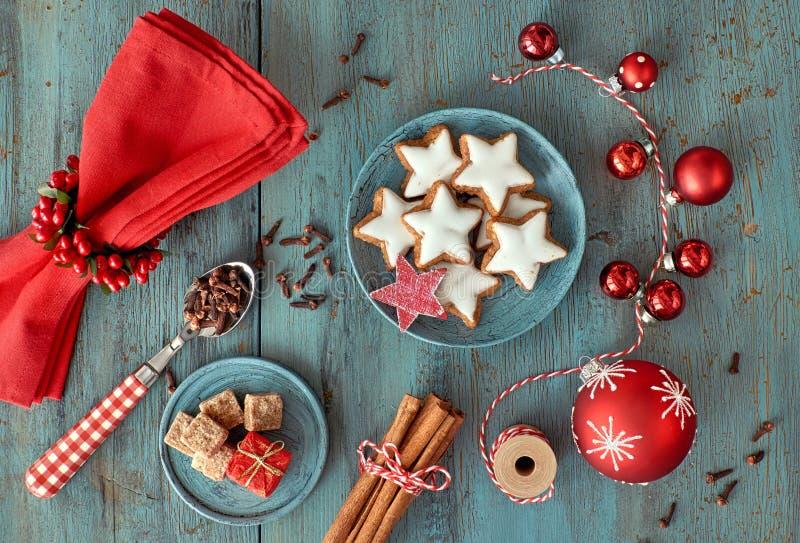 Julbakgrund i rött och vitt på lantligt turkosträ arkivfoton