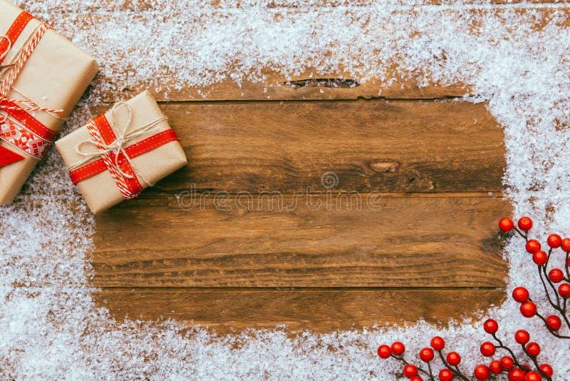 Julbakgrund - julklappgåvaask och dekorerabeståndsdelar på träbakgrund royaltyfri foto