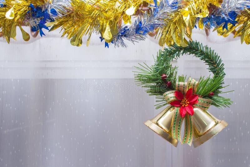 Julbakgrund, klocka dekorerar royaltyfri bild