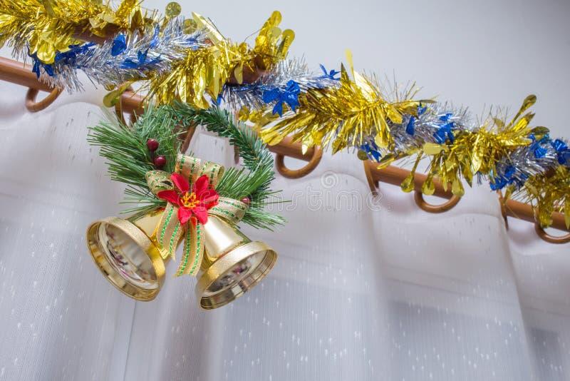 Julbakgrund, klocka dekorerar arkivfoton