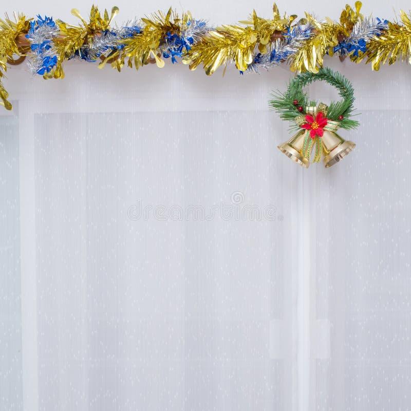 Julbakgrund, klocka dekorerar royaltyfria foton