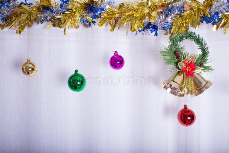 Julbakgrund, klocka dekorerar fotografering för bildbyråer