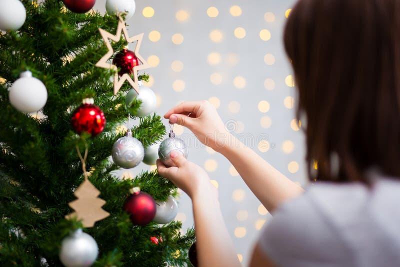 Julbakgrund - kvinna som hemma dekorerar julträdet fotografering för bildbyråer