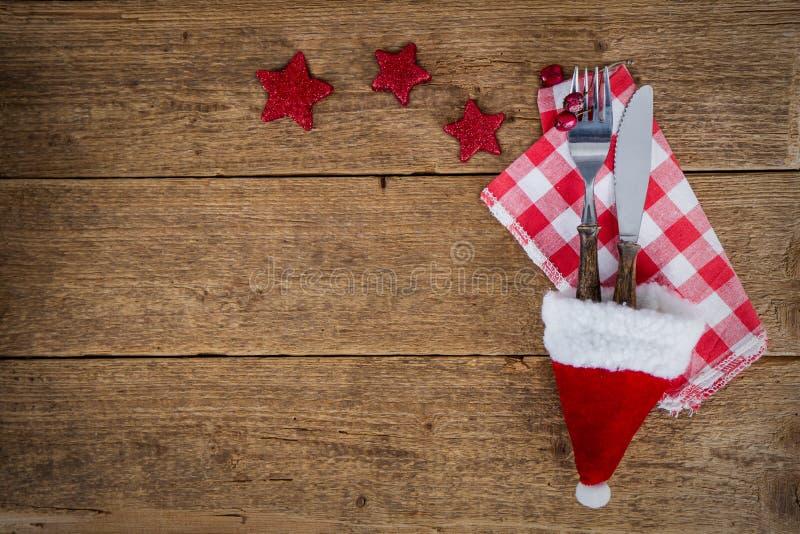 Julbakgrund med bestick i santa&en x27; s-hatt royaltyfri bild