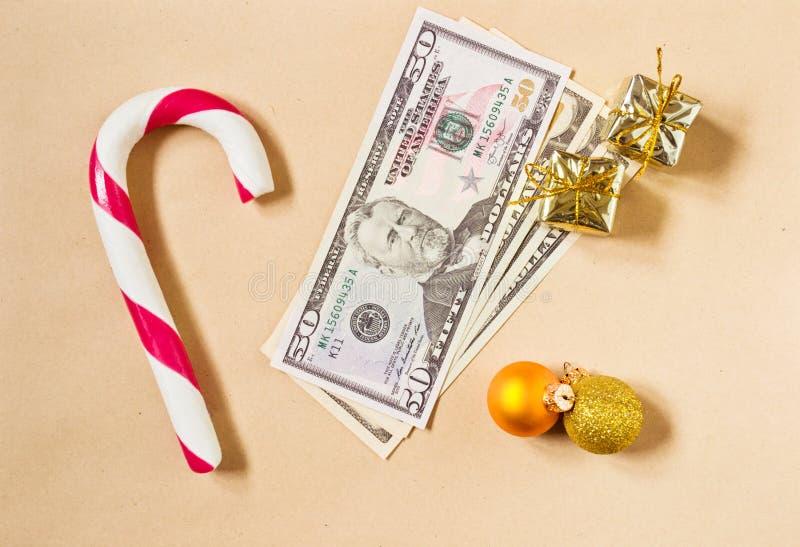 Julbakgrund med candycane- och pengargåvan arkivfoton