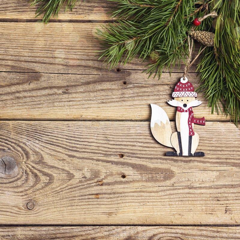 Julbakgrund med den dekorativa räven och sörjer filialer på ol arkivfoton
