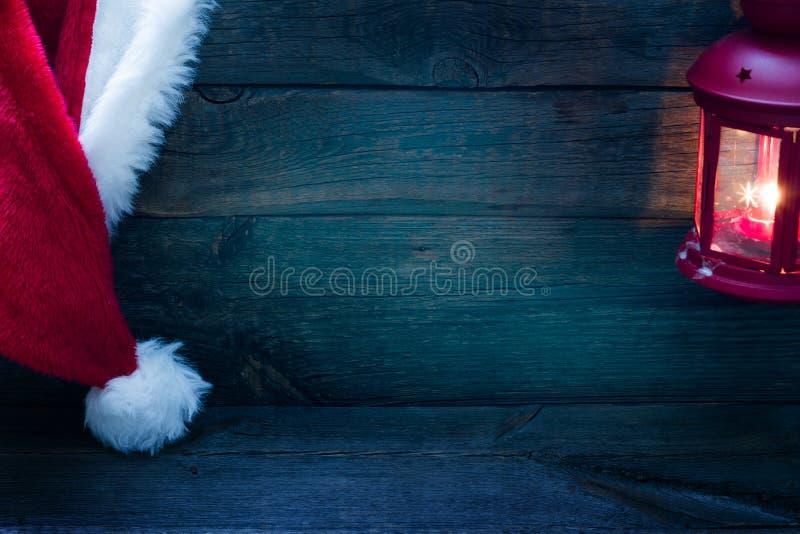 Julbakgrund med den Santa Claus hatten på tappning stiger ombord royaltyfria foton