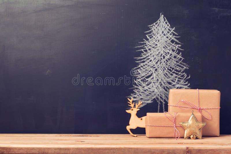 Julbakgrund med den svart tavlan och gåvor arkivbild