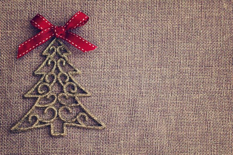 Julbakgrund med det dekorativa trädet och den röda pilbågen arkivbilder