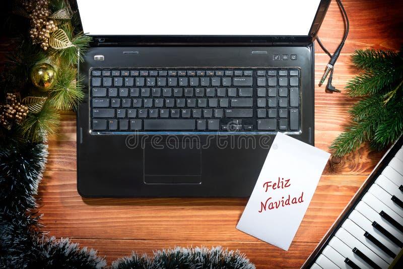 Julbakgrund med det musikaliska tangentbordet, bärbar dator, kopieringsutrymme arkivfoton