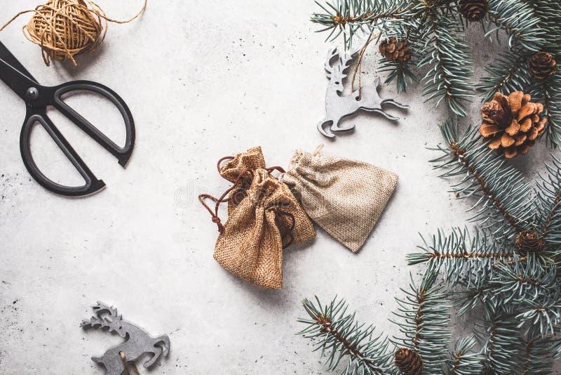 Julbakgrund med gåvapåse- och julträdet Jul s?nker lekmanna- fotografering för bildbyråer