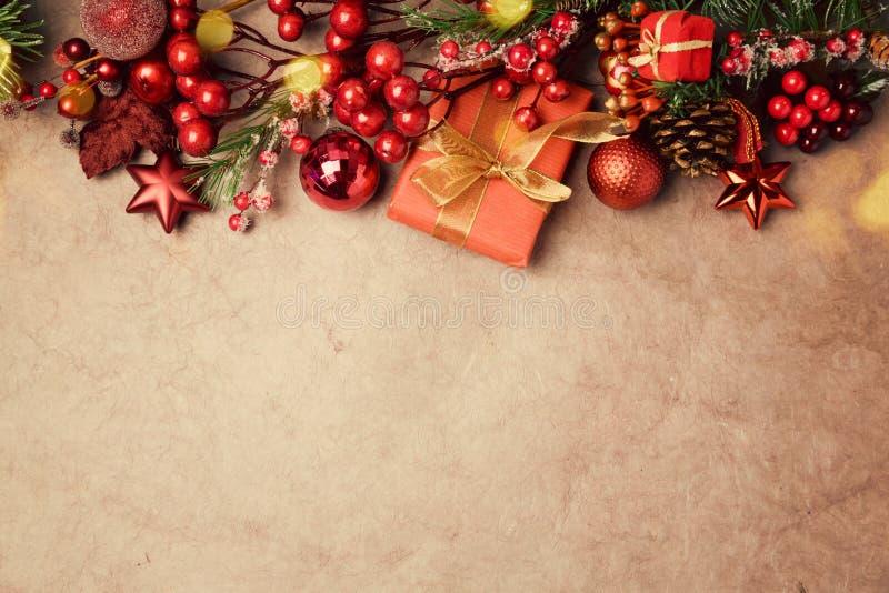 Julbakgrund med garnering på tappningpapper royaltyfria foton