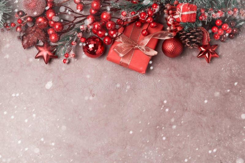 Julbakgrund med garnering på tappningpapper royaltyfri bild