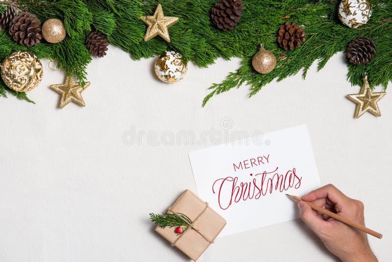 Julbakgrund med garneringar med handhandstil på hälsningkort Bästa sikt med kopieringsutrymme royaltyfri foto