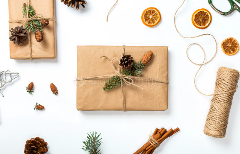 Julbakgrund med garneringar och närvarande handgjort på wh royaltyfria bilder
