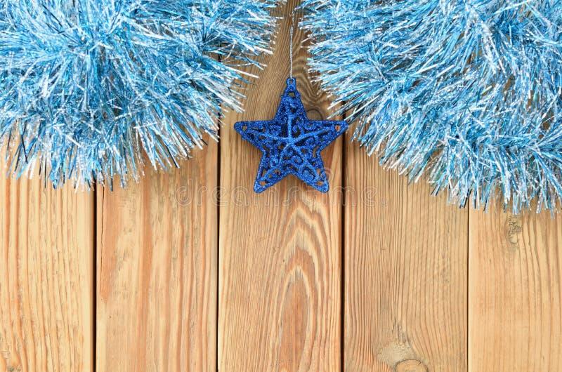 Julbakgrund med garneringar på träbräde med kopieringsutrymme för text Tema för nytt år för vykort spelrum med lampa royaltyfria foton
