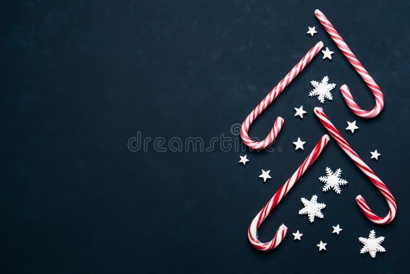 Julbakgrund med godisar och kopieringsutrymme royaltyfria bilder