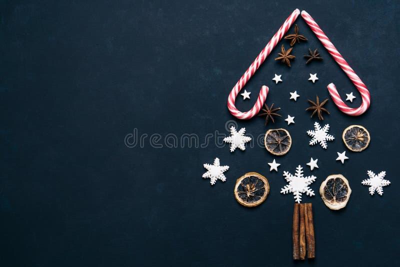 Julbakgrund med godisar och kryddor royaltyfria bilder