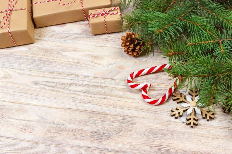 Julbakgrund med godisen, gåvan och dekorativa snöflingor kopiera avstånd fotografering för bildbyråer