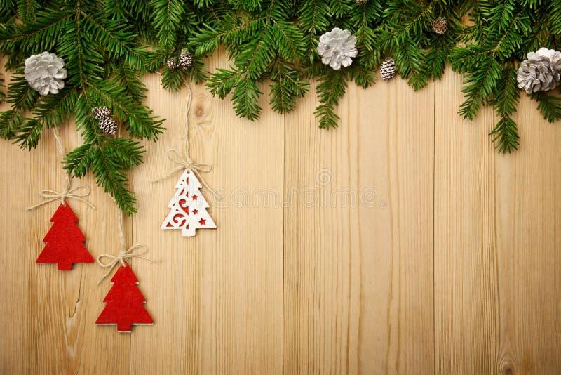 Julbakgrund med gran, dekorativa träd och kottar på