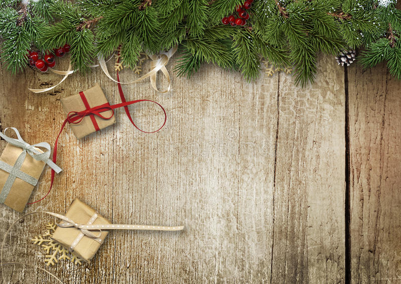 Julbakgrund med granfilialer, gåvaasken och järnek på royaltyfri fotografi