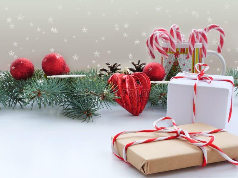 Julbakgrund med granfilialer, garneringar, gåvor arkivbild