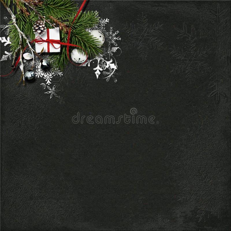 Julbakgrund med granträdet och garneringar på mörk woode arkivfoton
