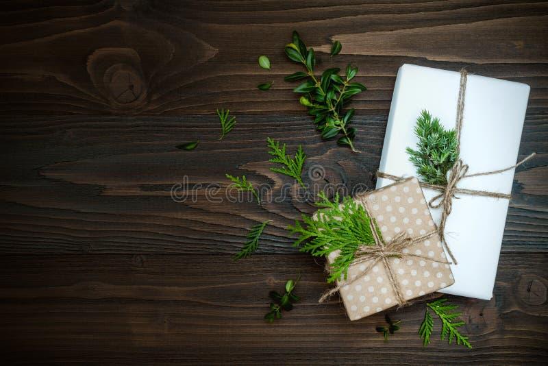 Julbakgrund med handen tillverkade gåvor, gåvor på den lantliga trätabellen Över huvudet plan lekmanna- bästa sikt, kopieringsutr royaltyfria foton