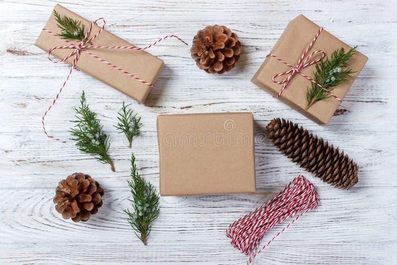 Julbakgrund med handen tillverkade gåvor, gåvor på den lantliga trätabellen Jul eller emballage för nytt år DIY Feriedekor Co arkivbild