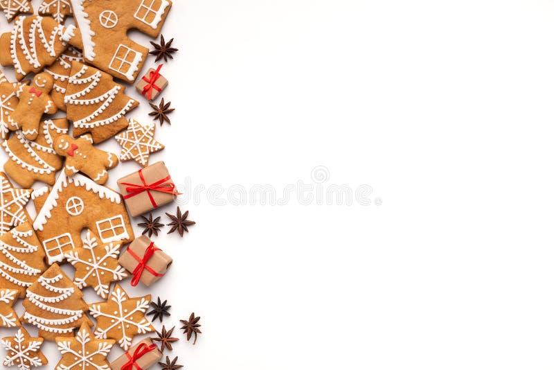 Julbakgrund med hemlagade pepparkakakakor och aromatiska kryddor arkivbilder