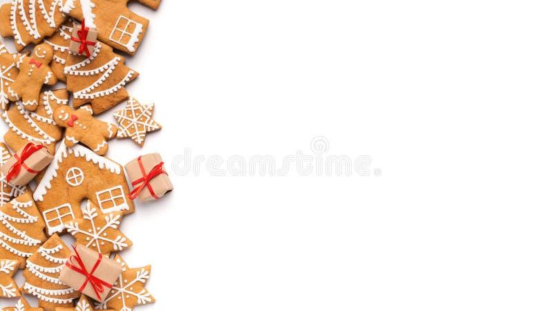 Julbakgrund med hemlagade pepparkakakakor och små gåvor fotografering för bildbyråer